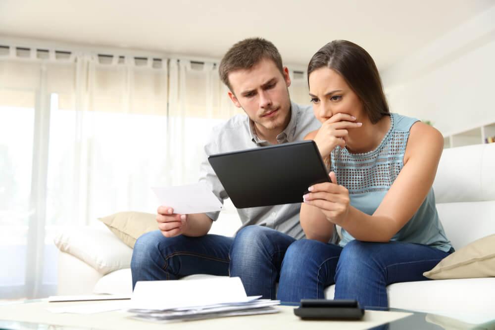 Pariskunta laskee lainantarvetta
