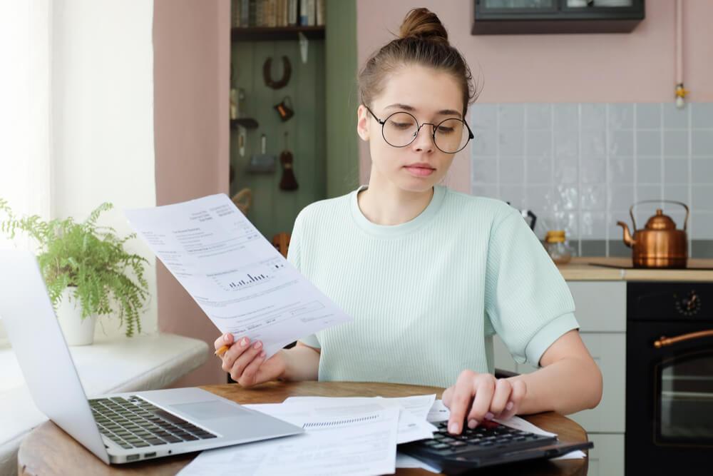 nainen vertailee lainoja